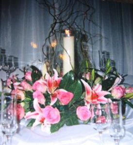 hurrican-vase-with-flowers-round-base
